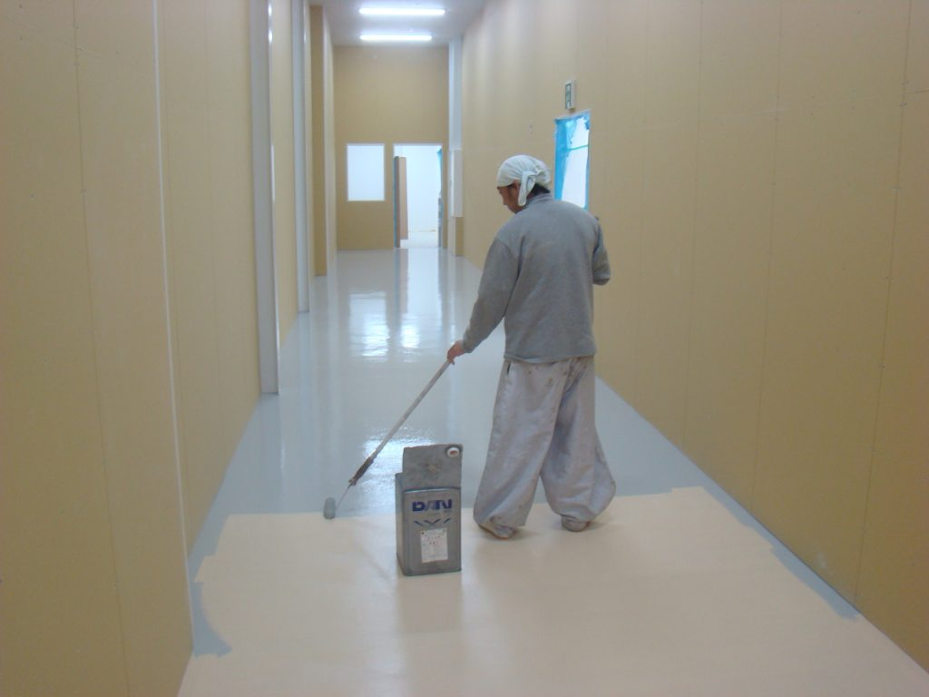 塗床トップコートを塗布