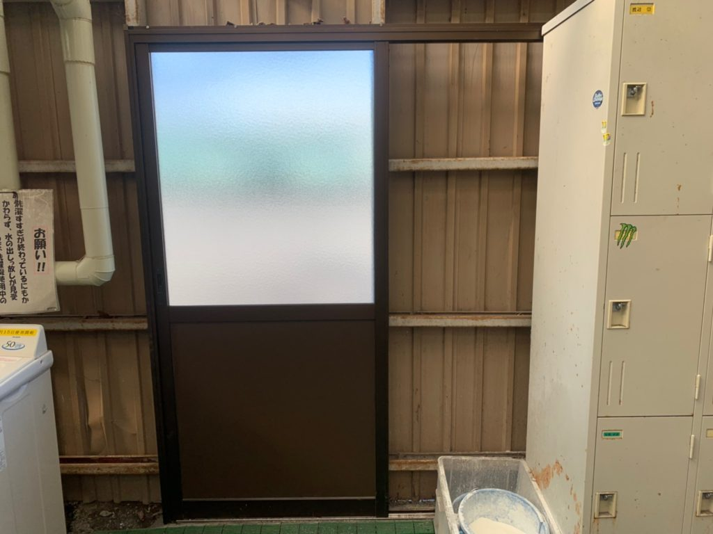 さいたま市西区宝来清掃事務所 手洗い場扉交換 さいたま市西区三橋 サイワ塗装工業