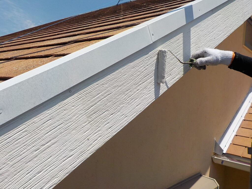 破風 下塗り作業中 密着性を高める 塗料 さいたま市西区 塗り替え